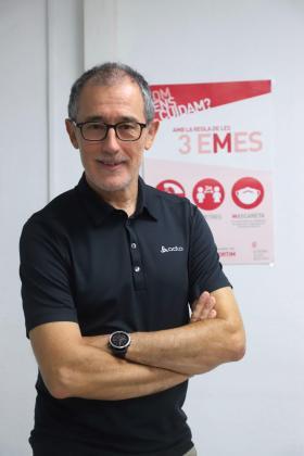 Javier Arranz posa ante un cartel de recomendaciones contra el contagio de la COVID-19.