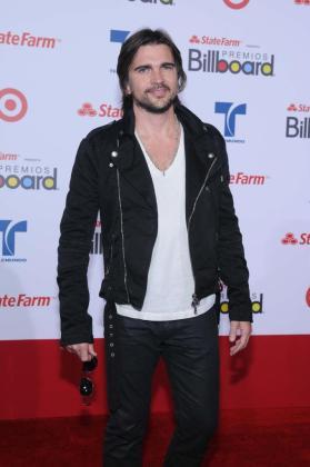 El cantante colombiano Juanes posa en la alfombra roja a su llegada para la entrega de los premios Billboard Latinos el jueves 26 de abril, en el Bank United Center de Miami.