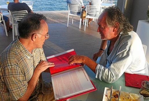 Julio Herranz y Mario Arlati hojean el libro recién editado por la Fondazione Stelline.