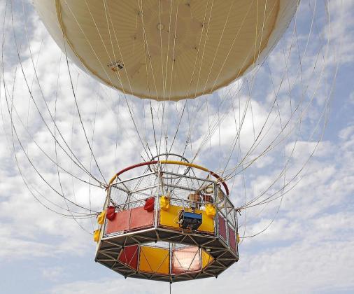 Uno de los técnicos realiza un vuelo de prueba para comprobar que todos los mecanismos del globo estén perfectamente.