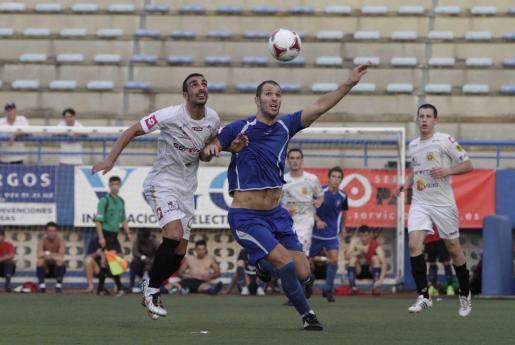Raúl Gómez y Franco Franchinmo disputan un balón en un lance del Isleño-Peña.