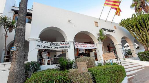 Los vecinos llevan acampados desde este fin de semana en la sede del Ayuntamiento de Sant Josep.