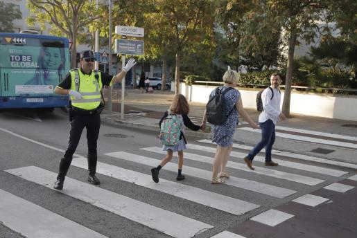 Padres, acompañan a sus hijos al colegio en el primer día de clase.