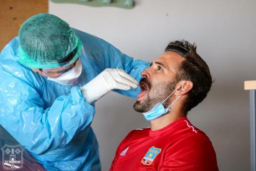 Un jugador del Formentera se somete a la prueba PCR.
