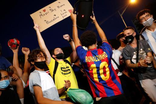 Aficionados del Barça con pancartas a favor de Messi.