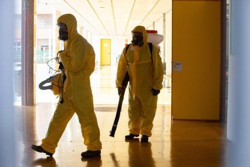Tareas de desinfección en Sa Graduada tras cerrar el anterior grupo.