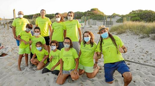 El grupo de voluntarios, una gran familia que cuida de las futuras tortugas 'caretta caretta'.