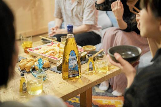Botellas de Marí Mayans en una mesa con productos japoneses.