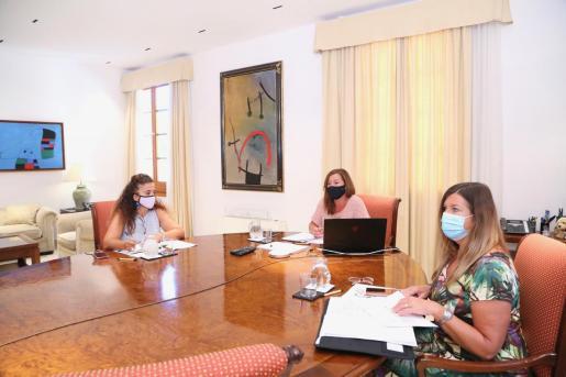 La presidenta del Govern, Francina Armengol, con las conselleras Pilar Costa y Patricia Gómez.