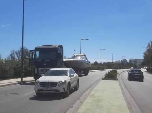 El camión se detuvo por una avería mientras trasladaba una embarcación.