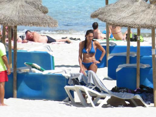 Gabirela Sabatini en la playa.
