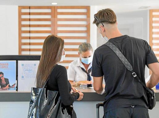 Dos turistas se registran en un hotel de Ibiza.