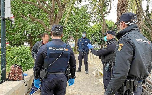 Agentes de la policía detienen a uno de los infractores que terminó en prisión preventiva en Palma.