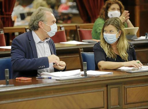 Martí March, conseller d'Educació, y Patricia Gómez, de Salut, en el Parlament.