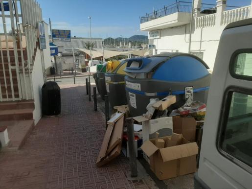 Basura acumulada en el Carrer de la Mar, Sant Antoni.