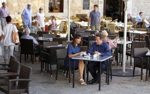 El primer ministro británico, David Cameron, y su mujer Samantha, tomando un café en una población mallorquina.