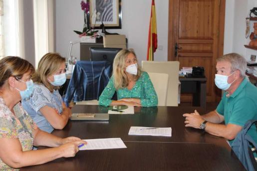 Carmen Ferrer; y el director del Club Náutico de Ibiza, Luis Mariano Arabí, han firmado el acuerdo este miércoles.