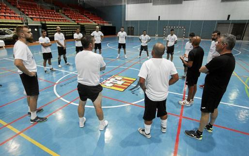 Adilson se dirige a los jugadores durante el entrenamiento de anteayer en el pabellón de sa Blanca Dona.
