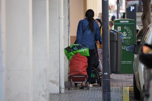 Todas las mañanas, en el horario de repartida de alimentos, la actividad es frenética tanto en el interior del almacén de alimentos de Cáritas Diocesana de Ibiza como en la calle Felipe II.