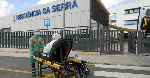 El traslado de los 10 pacientes de Sa Serra que están asintomáticos empezó ayer a las 15.00 horas. Carmen Santos explicó que el cribado de esta residencia ya se ha acabado y que en los próximos días se hará en Cas Serres, Reina Sofía y Sa Residència.