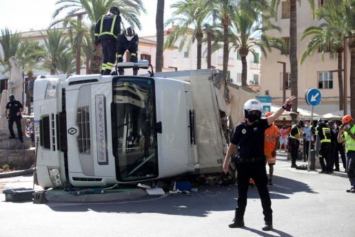 Imagen del camión volcado en el puerto de Ibiza.
