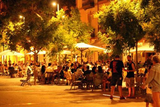 Bares situados en la Plaza del Parque, repletos de gente.