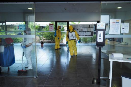La empresa Lokimica procedió ayer a la desinfección de la residencia para mayores Sa Serra.