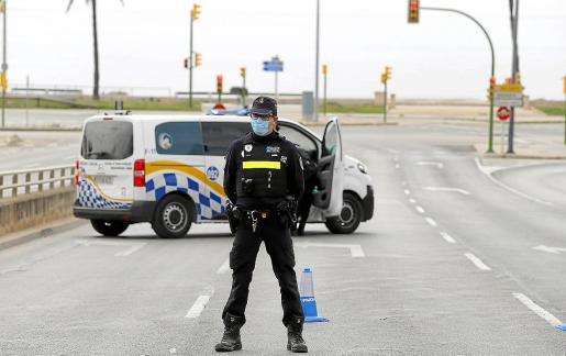 Un agente de la Policía Local de Palma, en la avenida Gabriel Alomar de Palma.