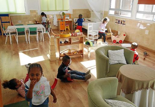 Niñños jugando en una guardería.