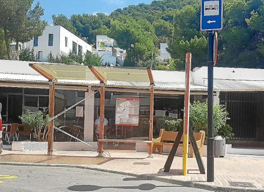 Una parada de autobús en Cala Llonga.