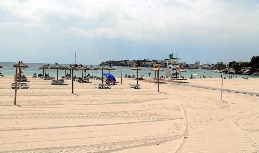 Los turistas no han proliferado este verano en la playa de Palmanova. Las restricciones del gobierno británico han sido determinantes para la zona.