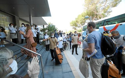 La temporada turística se inició a mediados de junio y los primeros visitantes fueron recibidos por los trabajadores entre aplausos.