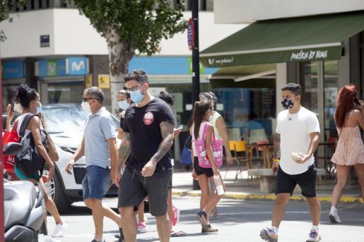 Un grupo de personas, en la ciudad de Ibiza.