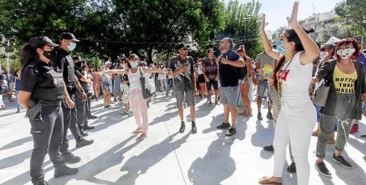 Cientos de personas protestan en la plaza de sa Graduada contra las medidas de contención del coronavirus.