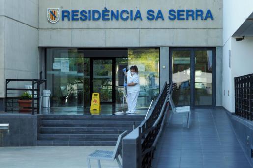 IBIZA OPERARIOS DESINFECTAN RESIDENCIA SA SERRA