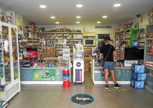 La afluencia de clientes a los estancos de la ciudad de Ibiza es bastante menor que en otras ocasiones y eso se nota en que las colas para pedir tabaco son menores.