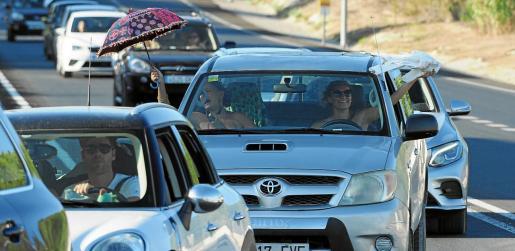 La caravana de coches a su salida del aparcamiento del polideportivo de Can Coix.