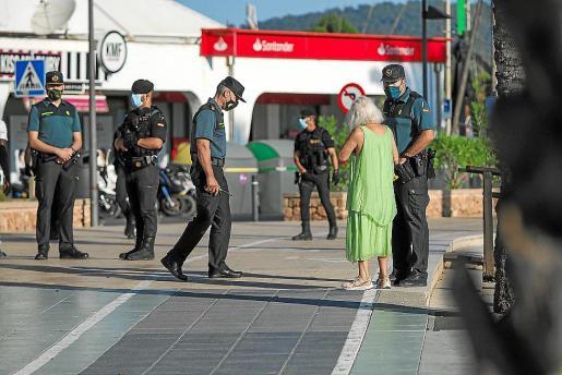 En la imagen, varios agentes de la Guardia Civil.