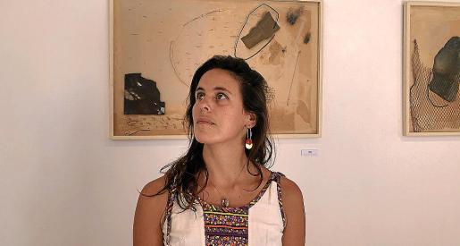 Laura Maresc en el espacio de su exposición.
