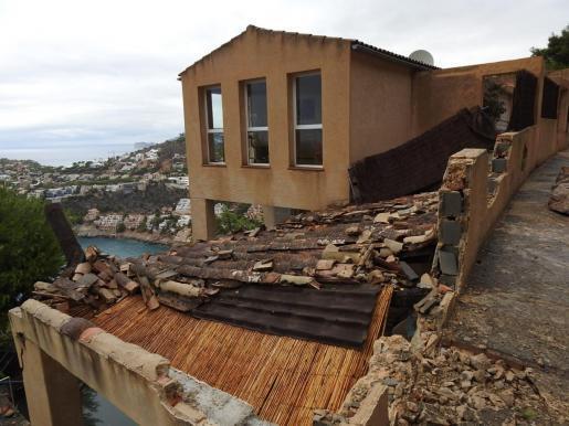 Destrozos en una casa de Cala Llamp por el temporal.