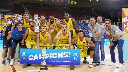 Paco Vázquez, a la derecha del todo, posa junto a la plantilla del Andorra tras conquistar el trofeo.