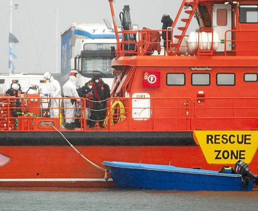 El grupo de doce inmigrantes fue trasladado por Salvamento Marítimo y Guardia Civil al puerto de Ibiza.