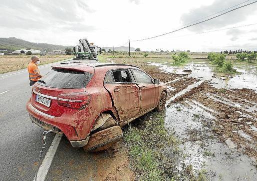 Las precipitaciones causaron inundaciones en viales como el de ses Salines y provocaron salidas de vía. Grúas Ibiza atendió una veintena.