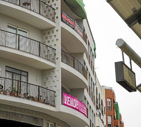 EIVISSA. VIVIENDA. Las viviendas ya pierden valor. Diversos inmuebles se rebajan entre un 15 y un 30 por ciento tras estallar la crisis. Pisos a la venta en el cruce de las avenidas Espanya e Ignasi Wallis.
