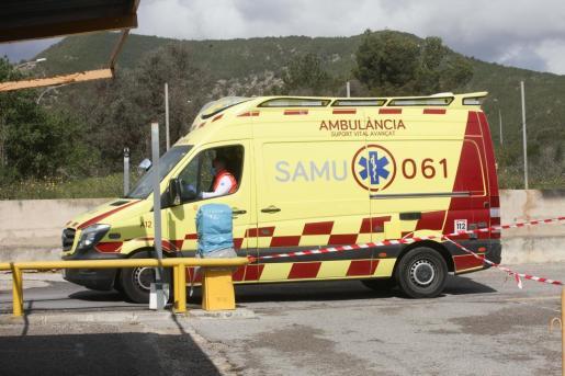 Una ambulancia del 061 en el hospital Can Misses.