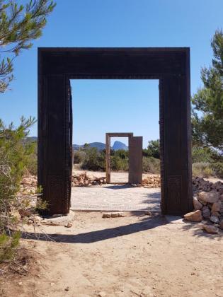 Imagen de las puertas de Cala Llentia antes de producirse el robo.