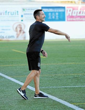 Casañ da instrucciones a sus jugadores durante el amistoso del sábado contra el Formentera.