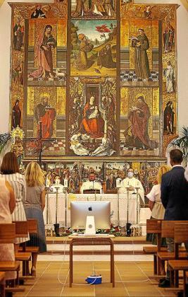 La misa fue oficiada por el cura de la parroquia, Pere Miquel López bajo el espectacular retablo de la iglesia.