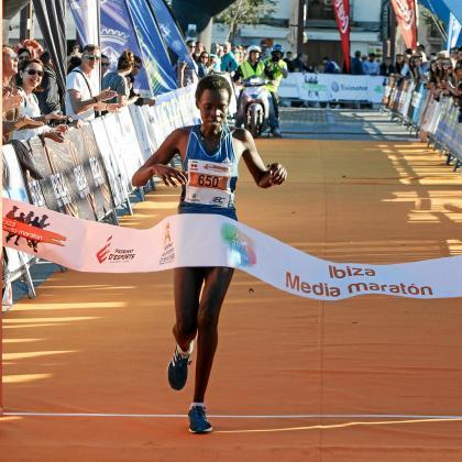 Beatrice Cherono, campeona de la Ibiza Media Maratón del año pasado, cruza la meta.