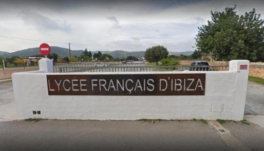 Entrada del Liceo Francés de Ibiza.